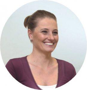 Helena Žitnik vodi tečaje joge, poletno jogo v naravi, jogijske delavnice in individualne vadbe joge